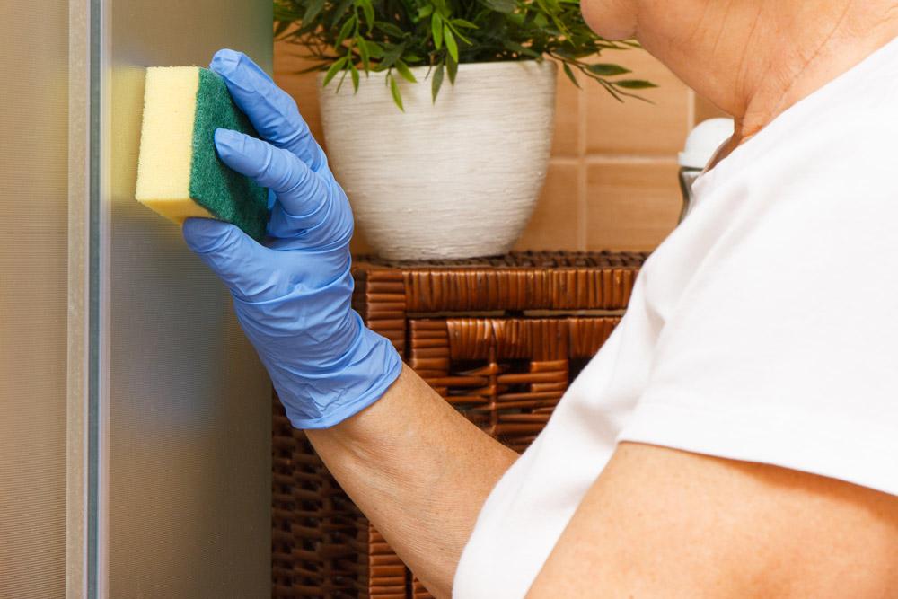 pulire i vetri con aceto e bicarbonato